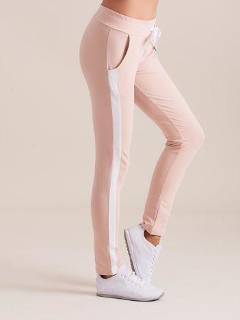 Bawełniane spodnie dresowe z lampasami jasnoróżowe