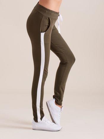 Bawełniane spodnie dresowe z lampasami khaki