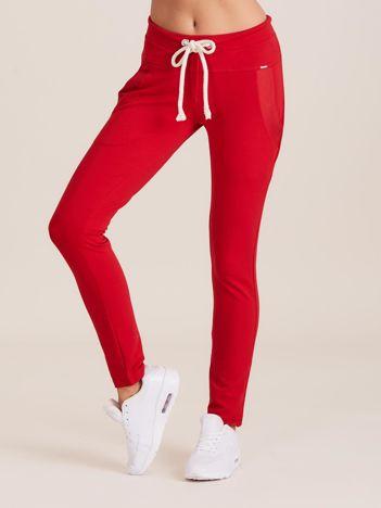 Bawełniane spodnie dresowe z troczkami czerwone