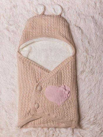 Becik rożek niemowlęcy dla dziewczynki dzianinowy na futerku zapinany na guziki z kokardką serduszkiem i uszkami beżowy