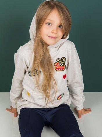 Beżowa bluza dziecięca z kapturem i naszywkami