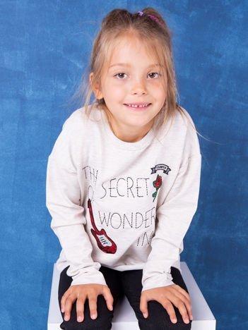 Beżowa bluza dziecięca z naszywkami i surowym wykończeniem
