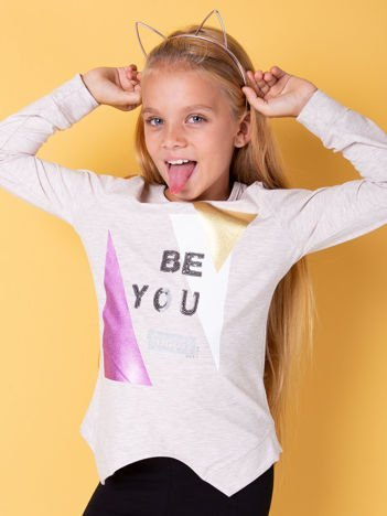 Beżowa bluzka dla dziewczynki z geometrycznym nadrukiem i cekinami