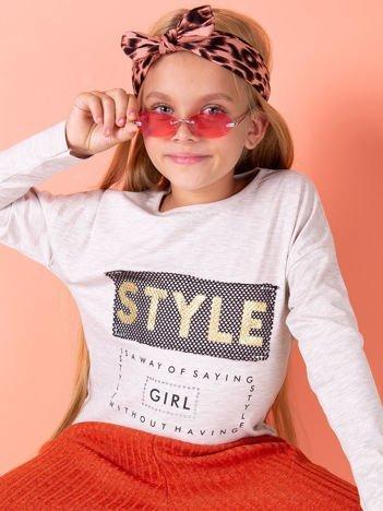 Beżowa bluzka dla dziewczynki z napisem i aplikacją