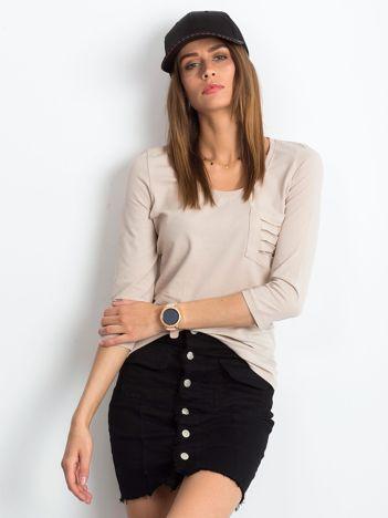 Beżowa bluzka z rozcięciami na kieszonce