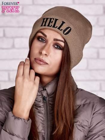 Beżowa czapka beanie z napisem HELLO