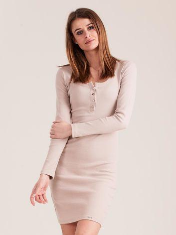 Beżowa dopasowana sukienka z guzikami