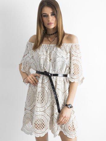 Beżowa koronkowa sukienka hiszpanka