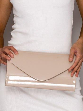 Beżowa lakierowana torebka kopertówka