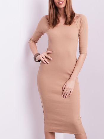 Beżowa prążkowana sukienka odsłaniająca ramiona