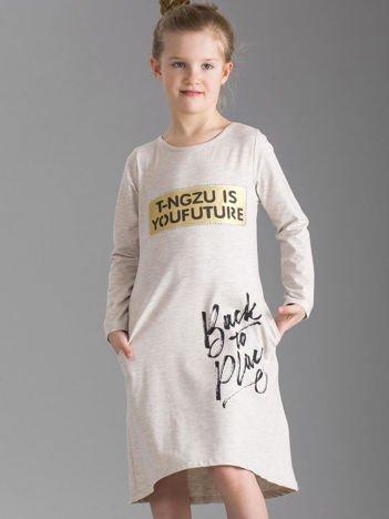 Beżowa sukienka dziecięca z napisami