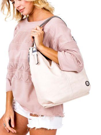 Beżowa torba o plecionej fakturze