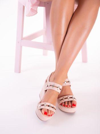 Beżowe sandały na koturnach z nitami i podwójnymi paskami
