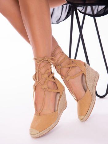 Beżowe sandały na koturnach z ozdobnym wiązaniem i plecionymi paskami