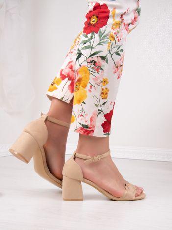 Beżowe sandały na niskim asymetrycznym klocku z zapięciem na kostkach