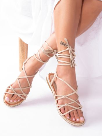 Beżowe sandały wiązane wokół kostki