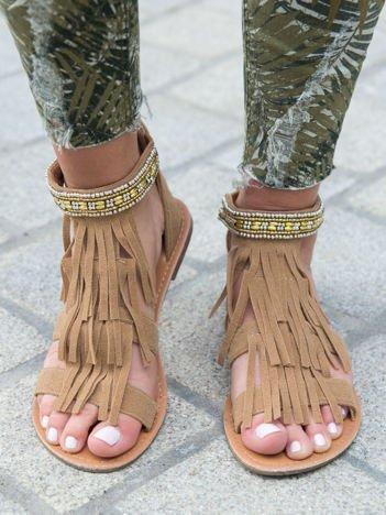 Beżowe sandały z frędzelkami i ozdobną plecioną opaską z koralików wokół kostki zapinane na suwak