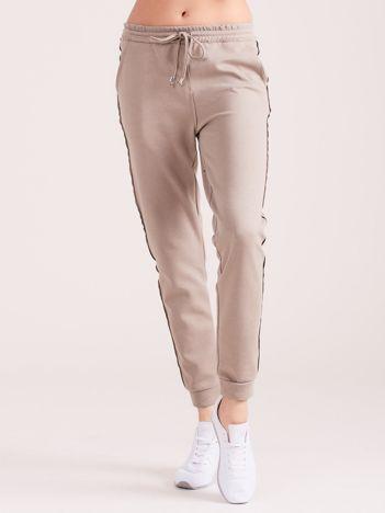 Beżowe spodnie dresowe z kieszeniami