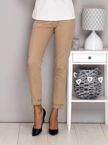 Beżowe spodnie materiałowe z paskiem
