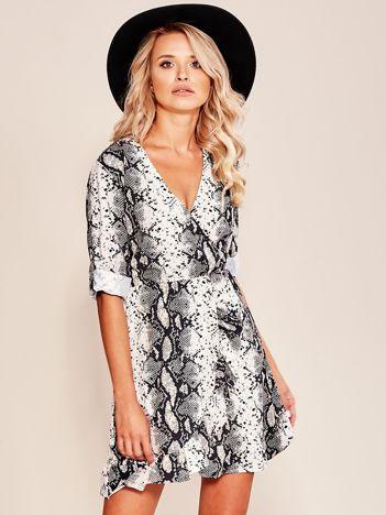 Beżowo-czarna wzorzysta sukienka z falbaną