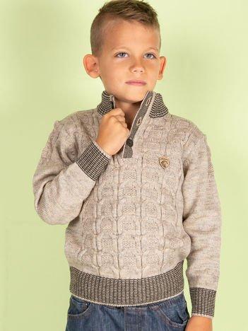 Beżowy dziergany sweter dla chłopca