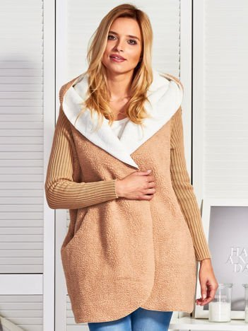 Beżowy płaszczyk narzutka ze swetrowymi rękawami