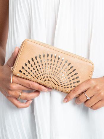 Beżowy portfel z ażurowym wzorem