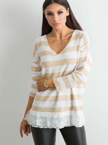 Beżowy sweter w paski z koronką
