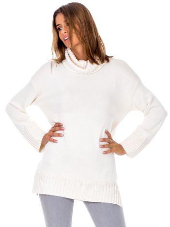 Beżowy sweter z miękkim kołnierzem