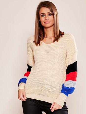 Beżowy sweter z rękawami w paski