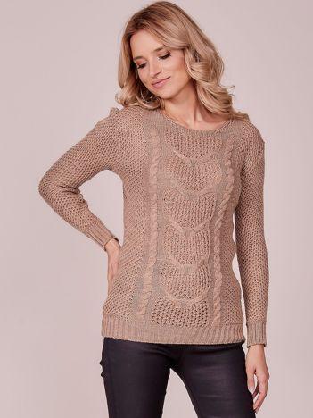 Beżowy sweter z warkoczowym splotem
