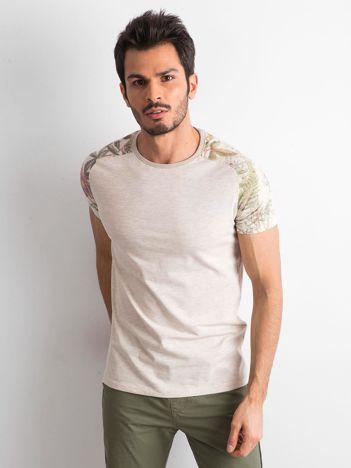 Beżowy t-shirt męski z nadrukiem na rękawach
