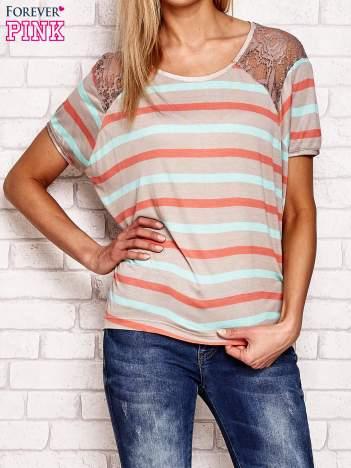 Beżowy t-shirt w kolorowe paski