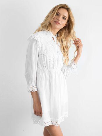 Biała ażurowa sukienka z falbankami