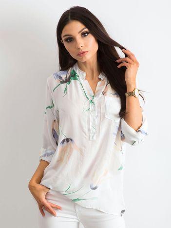 Biała bluzka w kwiaty z kieszonką