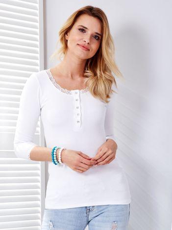 Biała bluzka w prążek z koronką przy dekolcie