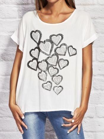 Biała bluzka z biżuteryjnymi sercami