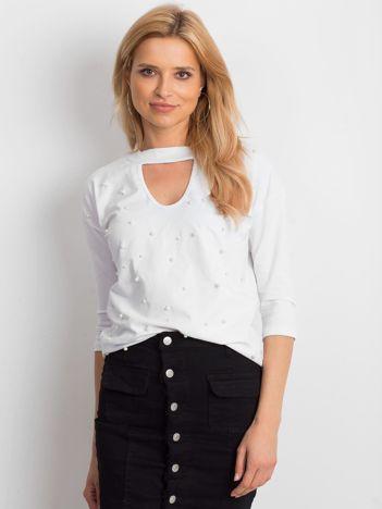 Biała bluzka z chokerem i perełkami