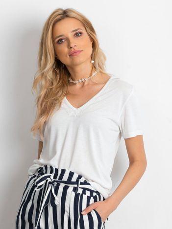 Biała bluzka z koronkowym wykończeniem dekoltu