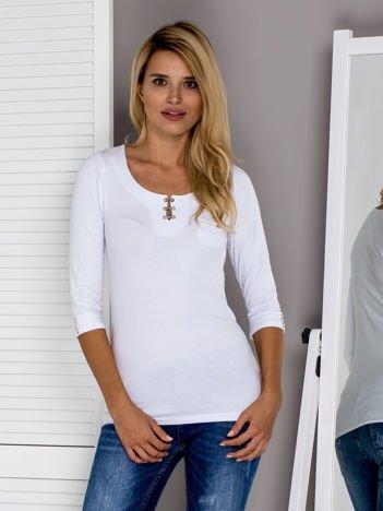 Biała bluzka z ozdobnym zapięciem