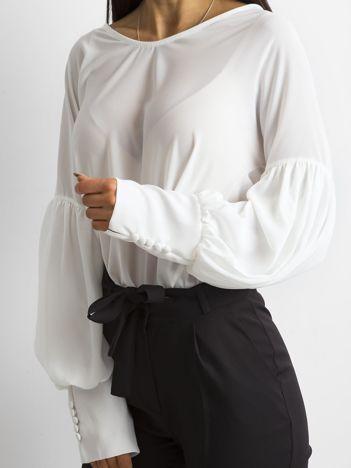 Biała bluzka z szerokimi makietami