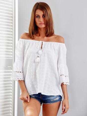 Biała bluzka z szerokimi rękawami i troczkami