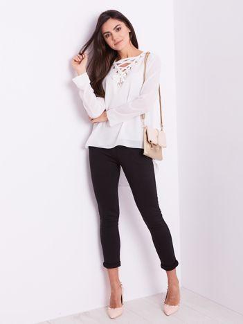 Biała bluzka ze sznurowaniem