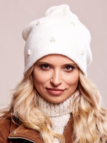 Biała czapka z perełkami