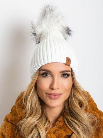 Biała czapka z wełną