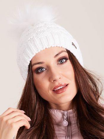 Biała czapka zimowa z pomponem