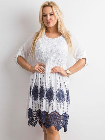 Biała damska sukienka z koronką PLUS SIZE