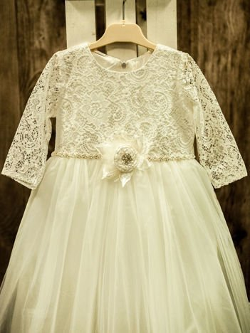 Biała długa elegancka sukienka dziewczęca ze wstążeczką i różyczką
