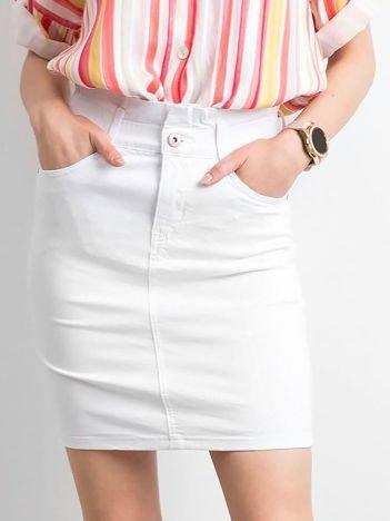 Biała dopasowana spódnica jeansowa