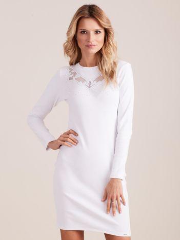 Biała dopasowana sukienka w prążek z dżetami
